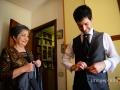 La mamma dello sposo ammirata durante la preparazione