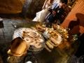 Gli sposi durante la degustazione di formaggi e dolci nella cisterna romana della Villa dei Consoli a Frascati