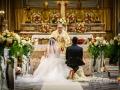 Gli sposi davanti all'altare durante il matrimonio nella Chiesa della Santissima Trinità a Genzano di Roma