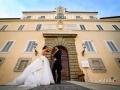 Gli sposi davanti al palazzo pontificio di Castel Gandolfo