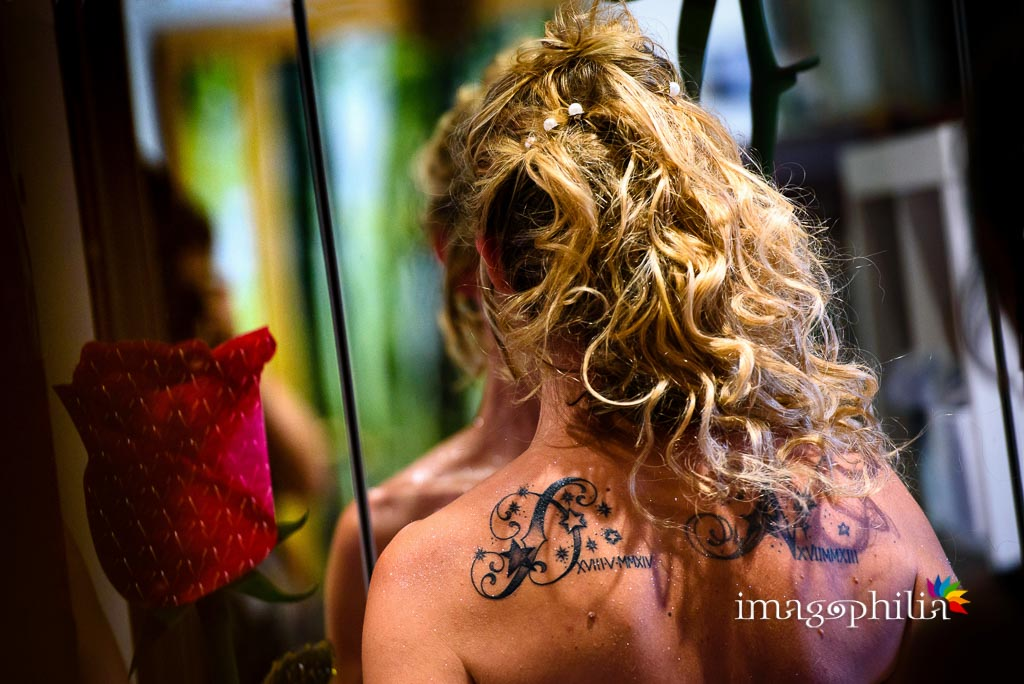Dettaglio dell'acconciatura e dei tatuaggi della sposa