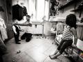 Lo sposo aiuta il figlio a vestirsi mentre la sorellina assiste