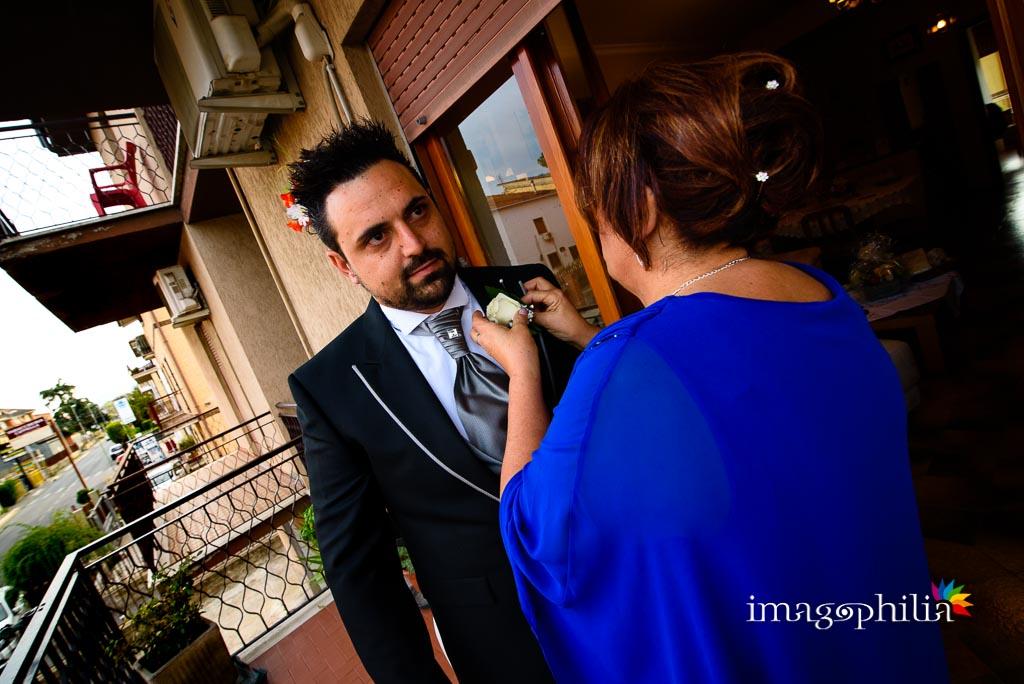 Lo sposo con la mamma durante la preparazione
