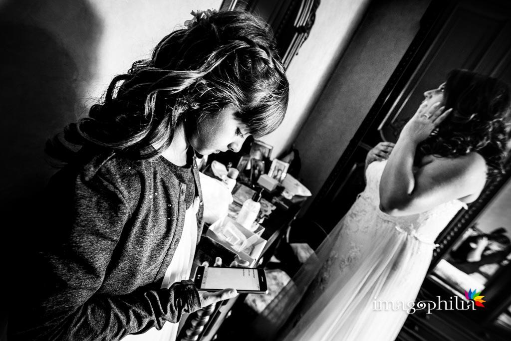 La nipotina della sposa al termine della preparazione della zia