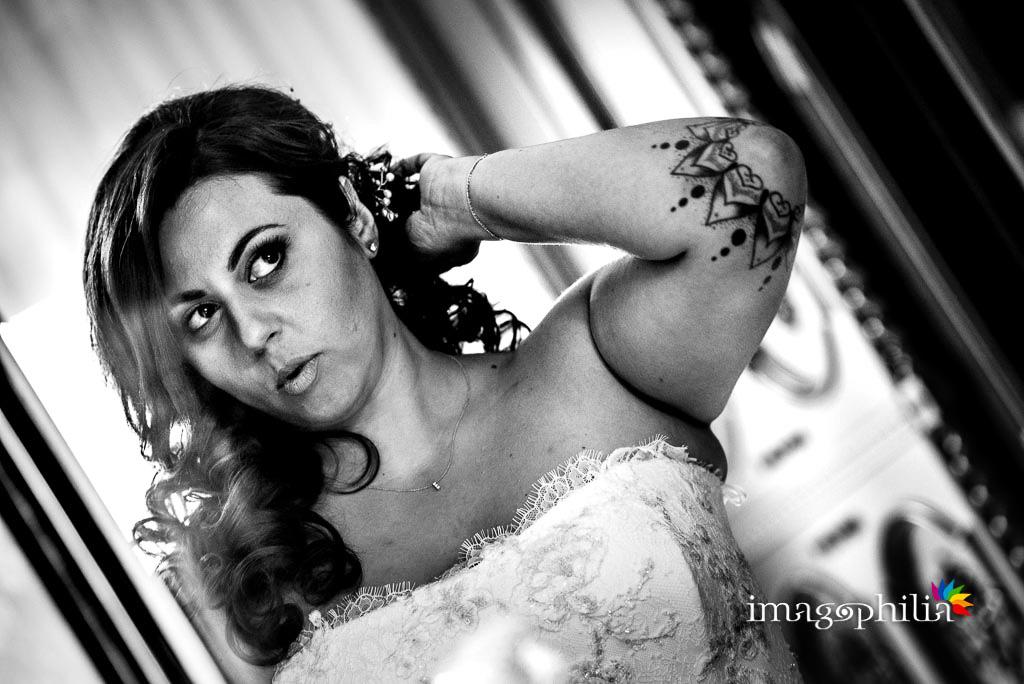 La sposa si specchia prima di uscire / 1