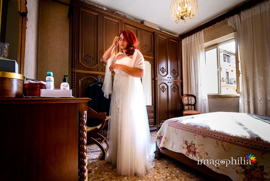 La sposa si specchia prima di uscire / 2