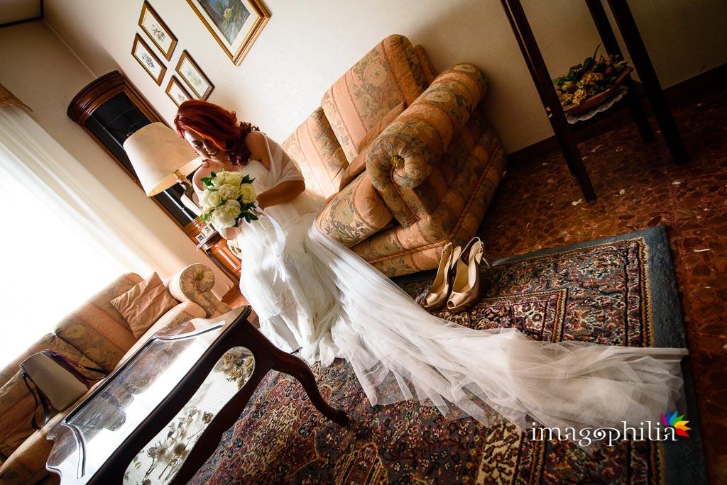 La sposa ritratta in salotto prima di uscire