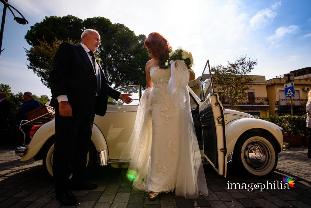 La sposa scende dall'auto davanti alla Chiesa di Gesù Maestro a Fonte Nuova
