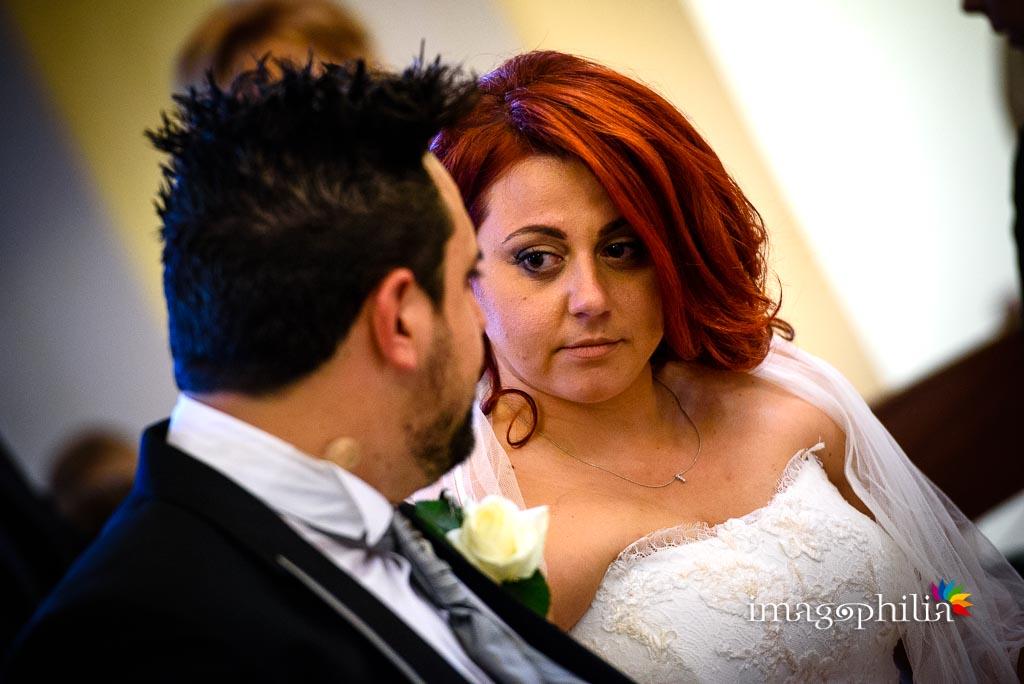 Sguardo della sposa durante il matrimonio nella Chiesa di Gesù Maestro a Fonte Nuova