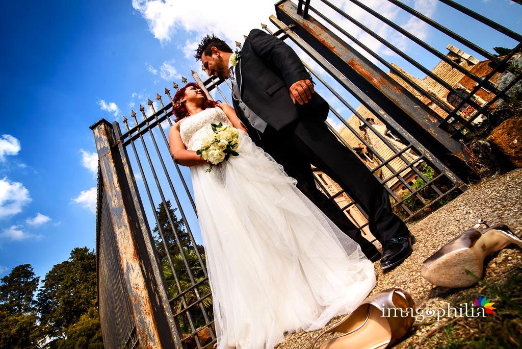 Gli sposi durante la sessione fotografica in esterno a Villa Torlonia, Roma