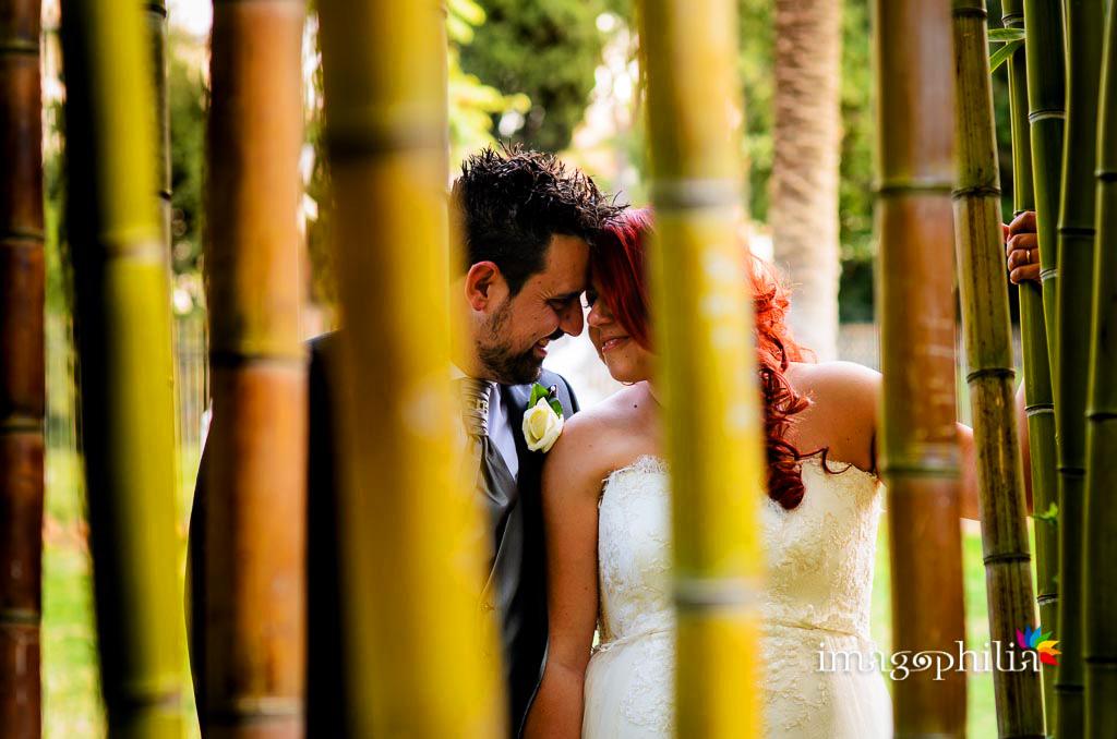 Gli sposi durante la sessione fotografica nel canneto a Villa Torlonia, Roma