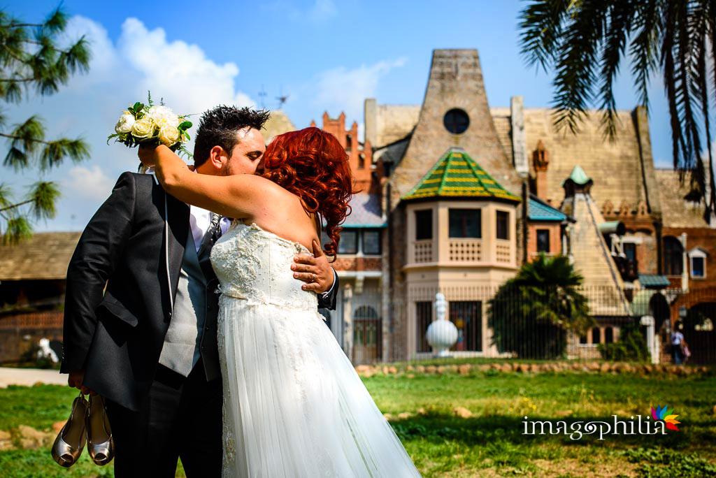 Bacio tra gli sposi durante la sessione fotografica in esterno a Villa Torlonia, Roma / 1
