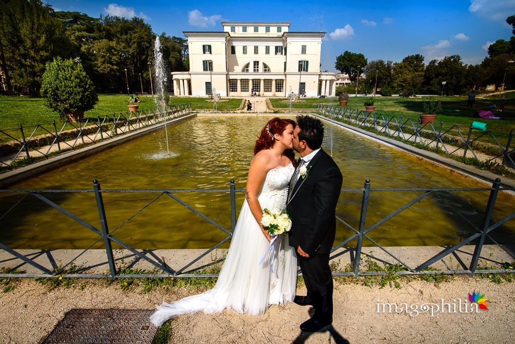 Bacio tra gli sposi durante la sessione fotografica in esterno a Villa Torlonia, Roma / 2