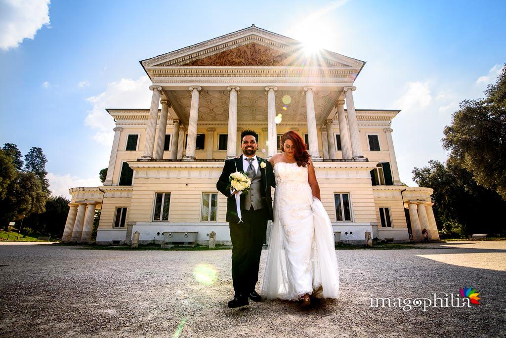 Gli sposi camminano durante la sessione fotografica in esterno a Villa Torlonia, Roma