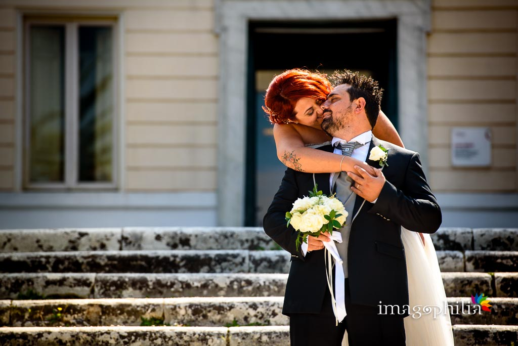 Bacio tra gli sposi durante la sessione fotografica in esterno a Villa Torlonia, Roma / 3