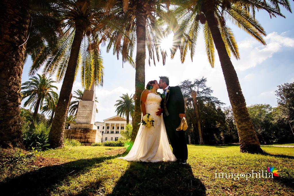 Bacio tra gli sposi durante la sessione fotografica in esterno a Villa Torlonia, Roma / 4