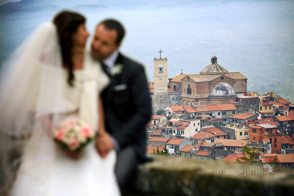 Montecompatri alle spalle degli sposi vista dal piazzale della Chiesa di San Silvestro