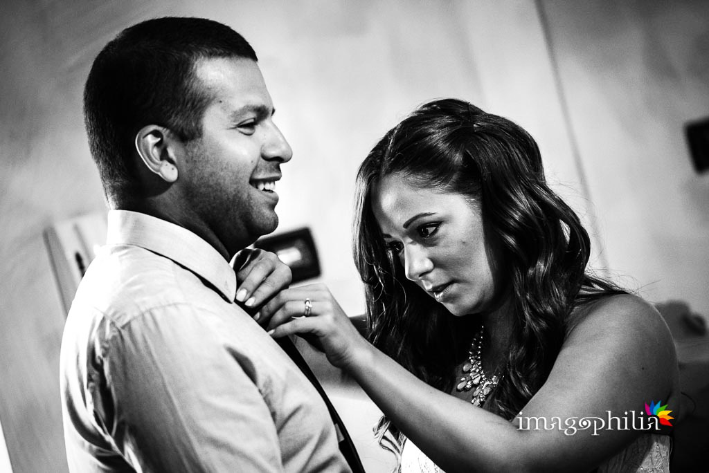 Il fratello e la cognata dello sposo durante la preparazione