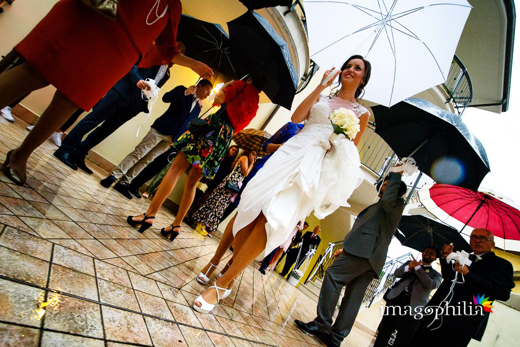 Uscita della sposa da casa… sotto la pioggia