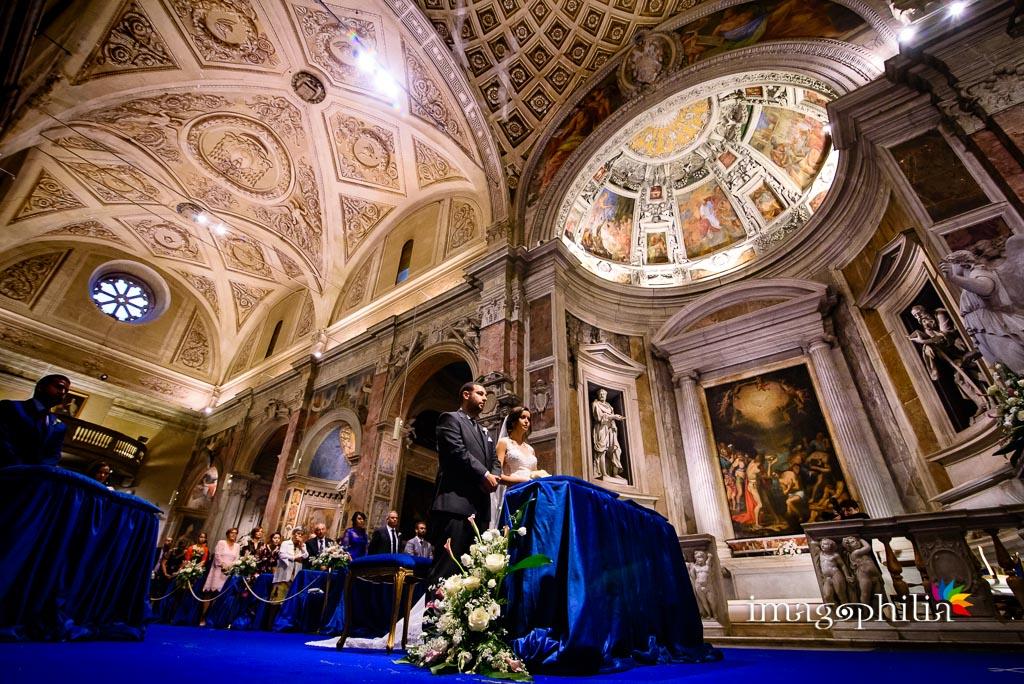 Gli sposi ritratti dal basso nella Chiesa di San Pietro in Montorio a Roma