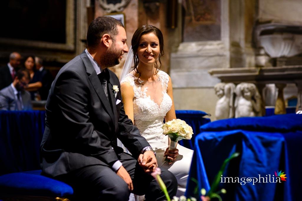 Gli sposi si guardano durante il matrimonio nella Chiesa di San Pietro in Montorio a Roma