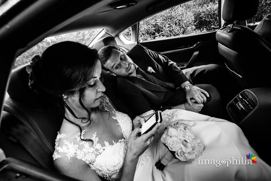 Gli sposi in macchina