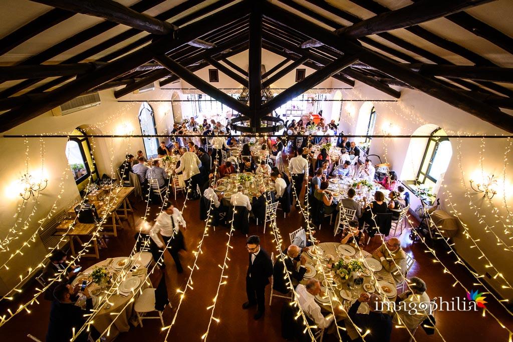 Veduta dall'alto della sala durante il pranzo di matrimonio ai Casali Margherita a Roma