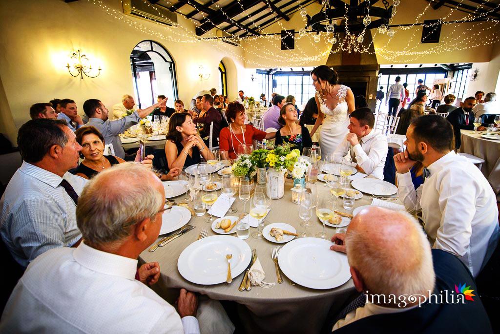 Gli sposi tra i tavoli durante il pranzo di matrimonio ai Casali Margherita a Roma
