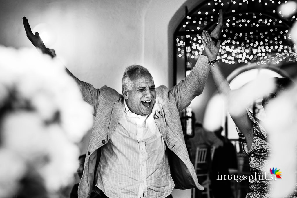 Il padre dello sposo si diverte alla grande durante i balli al ricevimento di matrimonio ai Casali Margherita a Roma