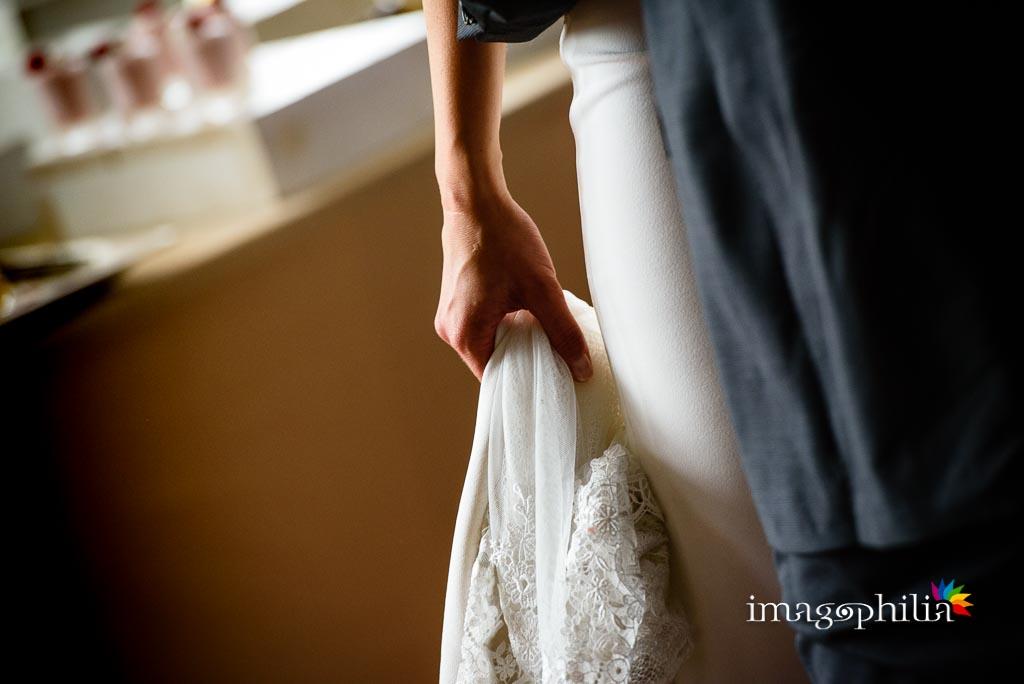 Dettaglio dell'abito della sposa durante il ricevimento di matrimonio ai Casali Margherita a Roma
