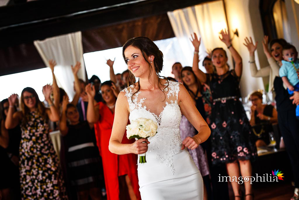 Lancio del bouquet al termine del ricevimento di matrimonio ai Casali Margherita a Roma