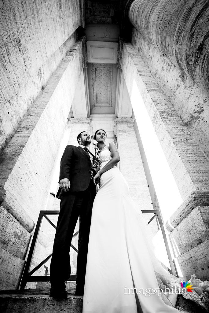 Post matrimonio: gli sposi sbirciano in mezzo al colonnato del Bernini a Piazza San Pietro a Roma
