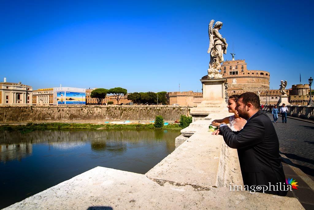 Post matrimonio: gli sposi affacciati sul Tevere di fianco a Castel Sant'Angelo a Roma