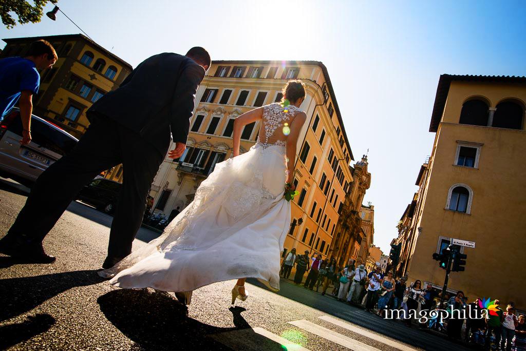 Post matrimonio: gli sposi attraversano indenni (!) il Lungotevere a Roma