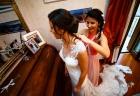 La sorella della sposa la aiuta a prepararsi