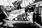 Ingresso della sposa in auto sotto la pioggia