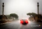 L'auto della sposa attraversa Ponte Milvio a Roma sotto il potente acquazzone
