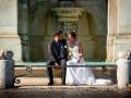 Post matrimonio: gli sposi seduti alla Fontana dell'Acqua Paola a Roma (Gianicolo) / 1
