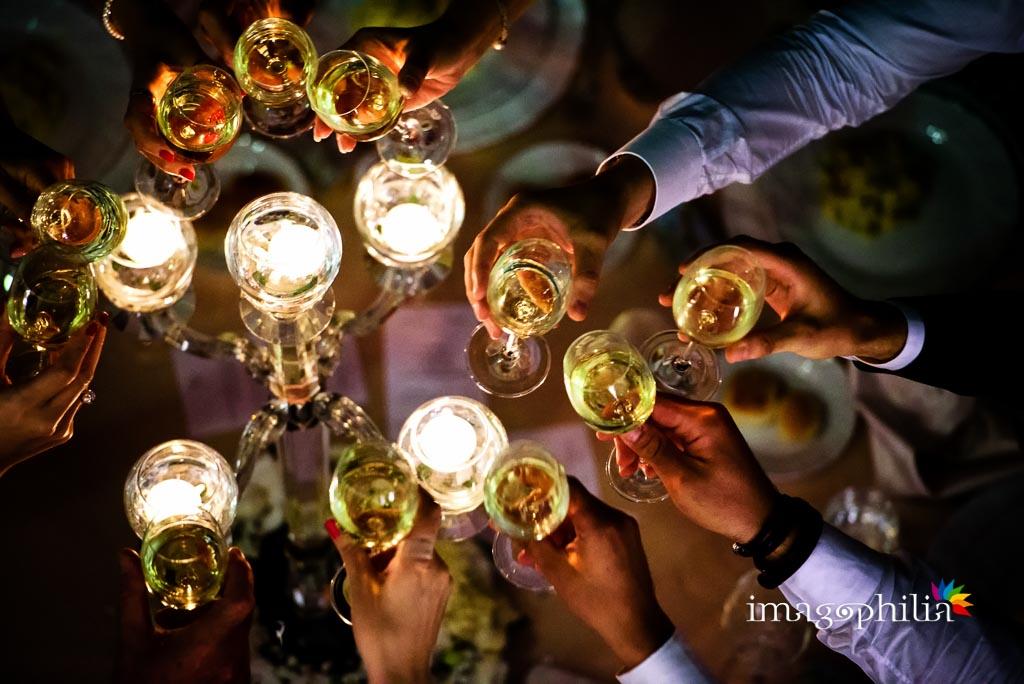 Brindisi degli invitati durante il ricevimento di nozze a Villa Augusta ad Ariccia