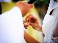 Scambio degli anelli durante la cerimonia nuziale nella Chiesa di Santa Maria Madre della Divina Grazia
