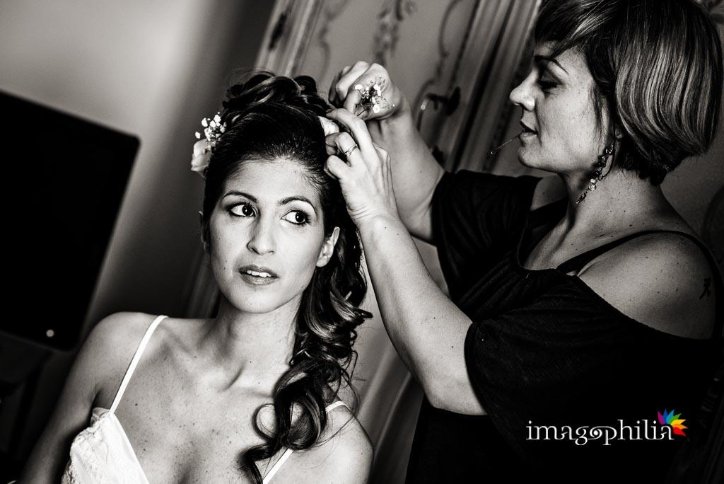 La sposa sta ultimando la preparazione