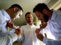 I testimoni mettono i gemelli allo sposo
