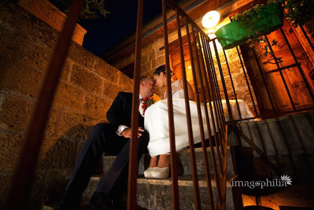 Gli sposi seduti su una scalinata presso il Borgo di Tragliata, Roma