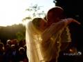 Gli sposi si baciano fuori dalla chiesa di Sant'Isidoro presso il Borgo di Tragliata, Roma