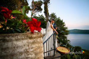 Gli sposi a Villa Pocci affacciati alla terrazza sul lago Albano