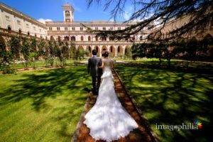 Gli sposi dopo il matrimonio nel chiostro della Chiesa di Santa Maria Madre della Divina Grazia