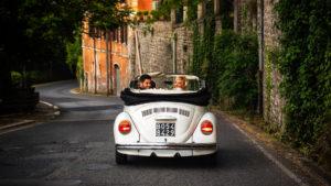 Sposi a bordo del Maggiolino Volkswagen