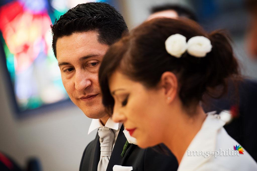 Sguardo dello sposo durante il matrimonio nella Chiesa del Sacro Cuore a Serrone (FR)
