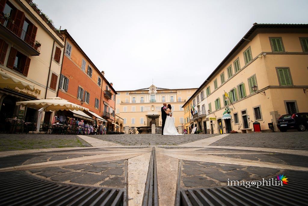 Gli sposi durante gli esterni a Castel Gandolfo
