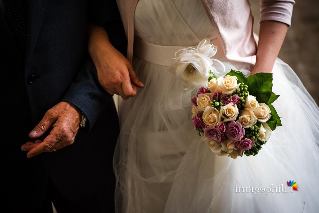 Dettaglio del bouquet della sposa nel cortile di Palazzo Chigi, Ariccia